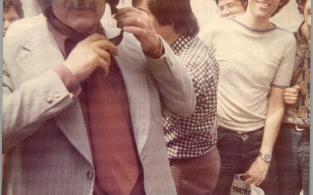 Καθηγητής Μαντζάρας στην αυλή, τον κοιτάζει ο Κωνσταντίνος Κόττας.